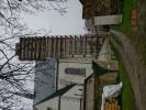 Pohled na lešení věže ze zahrady Ticha.