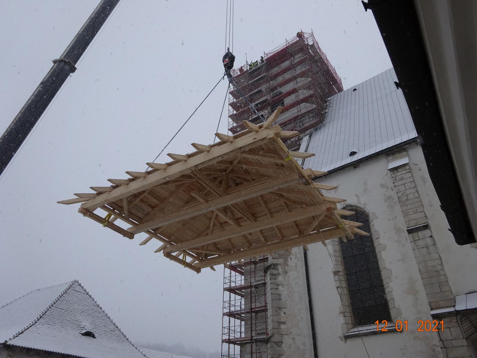 Usazení dočasné střechy věže.