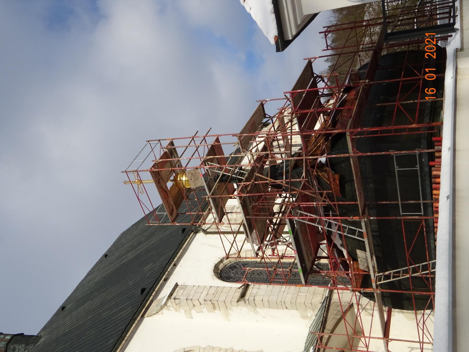 Ležení kolem původní střechy věže.