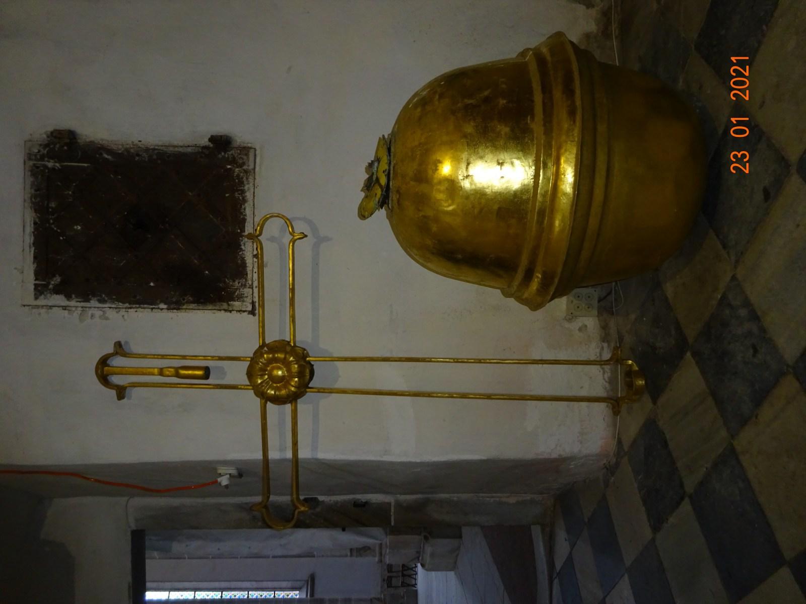 Kříž a makovice z hlavní věže.