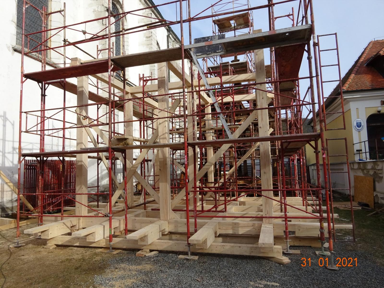Stavba krovu nové střechy věže.