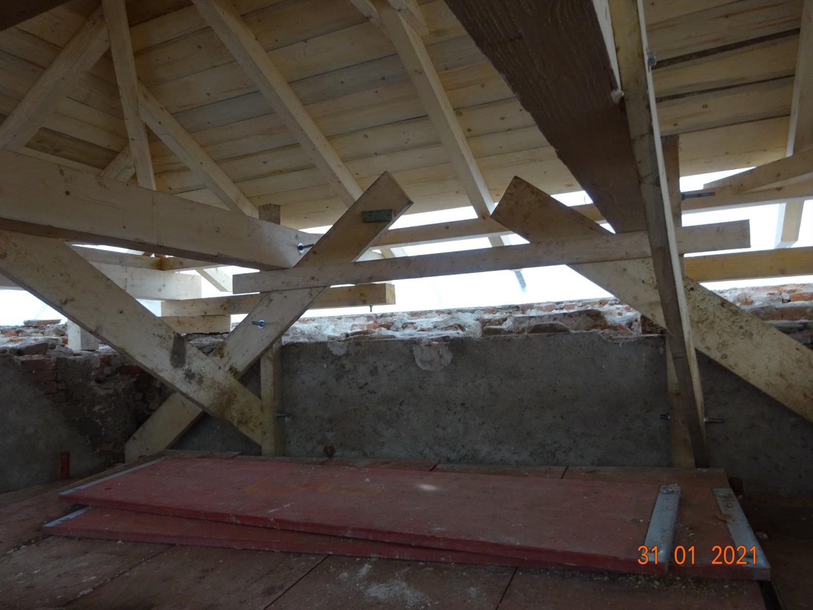 Ukotvení dočasné střechy na věži.