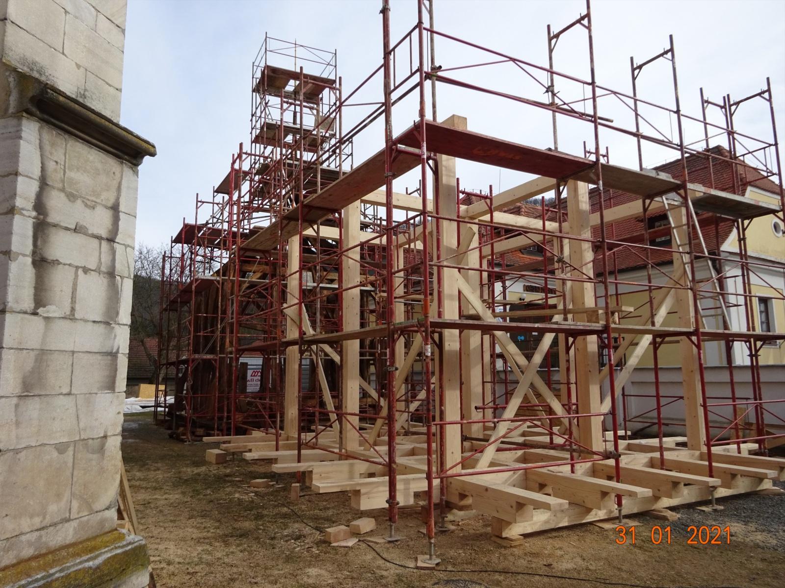 Základní konstrukce krovu nové střechy věže.