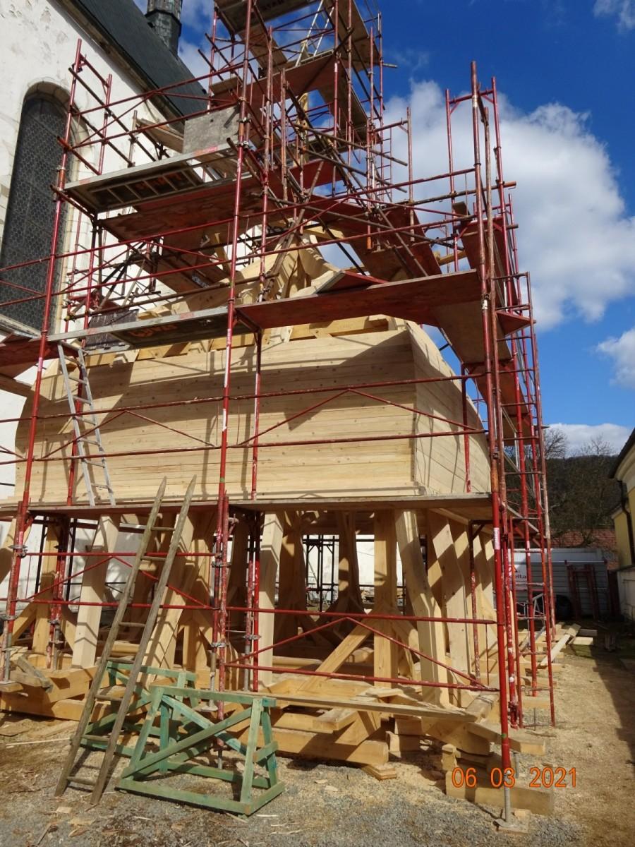 Nová střecha věže - tvorba deskového záklopu.