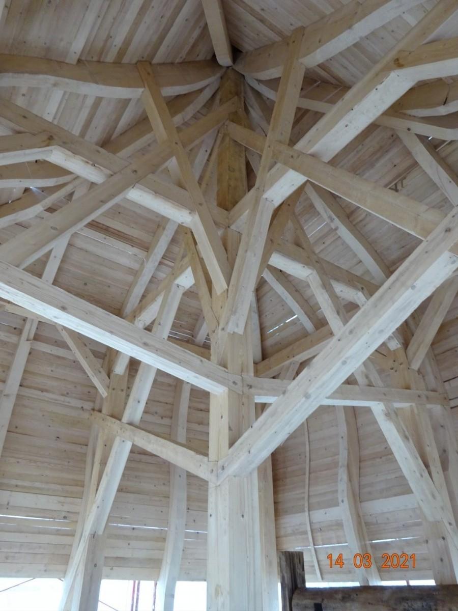 Nová střecha věže s deskovým záklopem - pohled zevnitř.