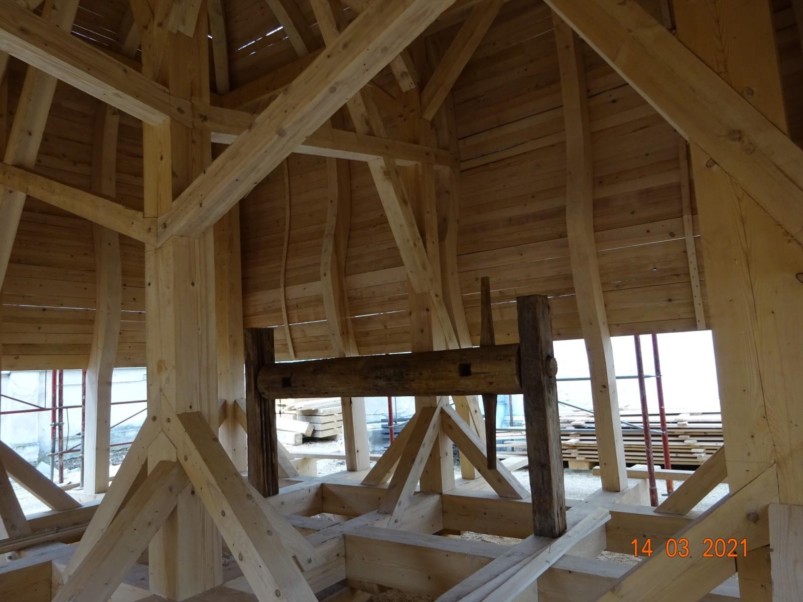 Nová střecha věže s deskovým záklopem a původním rumpálem pro zvedání trámů.