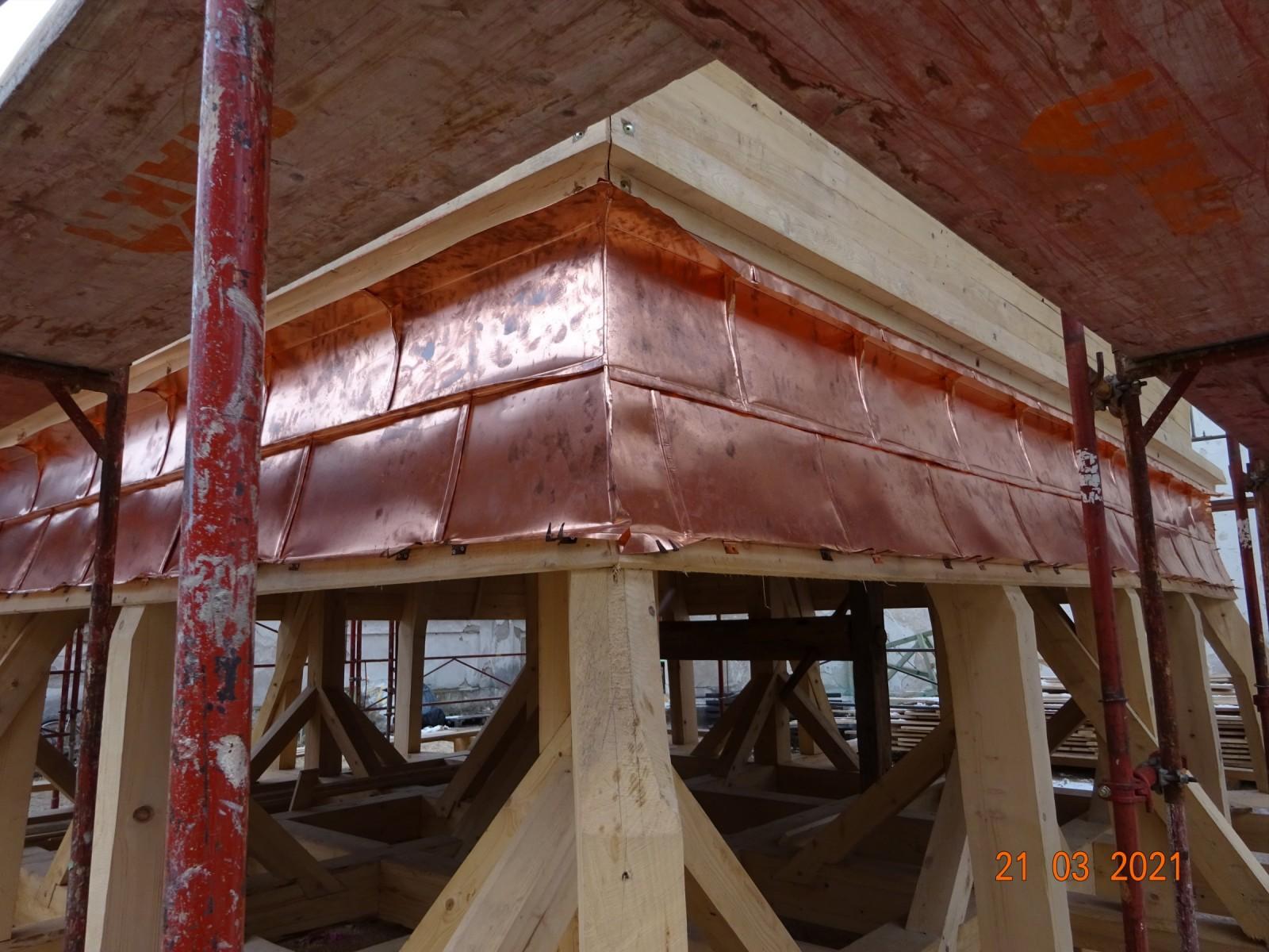 Nová střecha věže - začátek kladené měděných šablon.