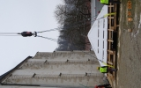 Uvázání dočasné střechy věže pro zvednutí jeřábem.