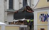 Sundávání střechy věže kostela.