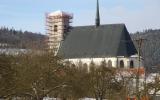 Kostel s dočasnou střechou věže.