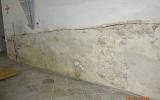 Obnažená omítka u levé zpovědnice směrem ke vchodu.
